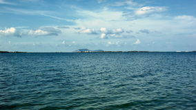 Timelapse της μπλε θάλασσας και των αραιών σύννεφων στην απόσταση απόθεμα βίντεο