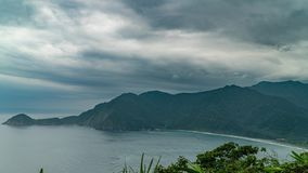 Timelapse της πανοραμικής άποψης της ακροθαλασσιάς και του κόλπου στην Ταϊβάν στο νεφελώδη καιρό απόθεμα βίντεο