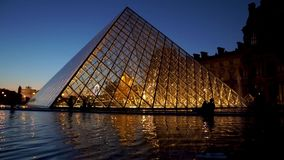Timelapse της πυραμίδας του Λούβρου τη νύχτα - Παρίσι, Γαλλία απόθεμα βίντεο