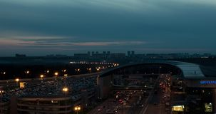 Timelapse της πόλης νύχτας με τους πολυάσχολους δρόμους κοντά στον αερολιμένα Sheremetyevo, Μόσχα απόθεμα βίντεο