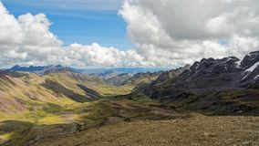 Timelapse του βουνού ουράνιων τόξων σε μια ηλιόλουστη ημέρα φιλμ μικρού μήκους