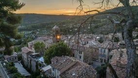 Timelapse του ηλιοβασιλέματος σε Moustiers Sainte Marie, περιοχή της Προβηγκίας στη Γαλλία απόθεμα βίντεο