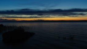 Timelapse του ηλιοβασιλέματος με τον όμορφο νεφελώδη ουρανό πέρα από τη δεξαμενή Bukhtarma, φιλμ μικρού μήκους