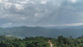 Timelapse του μεταβαλλόμενου καιρού επάνω από την έκταση λόφων με την κίνηση των σύννεφων και των ακτίνων ήλιων απόθεμα βίντεο