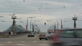 Timelapse του φορτηγού, αυτοκίνητα, τραμ που πηγαίνει μετά από τη κάμερα και που διασχίζει τη γέφυρα απόθεμα βίντεο