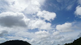 Timelapse των άσπρων σύννεφων που τρέχουν πέρα από το μπλε ουρανό φιλμ μικρού μήκους