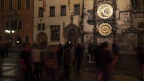 Timelapse των ανθρώπων κοντά στο αστρονομικό ρολόι της Πράγας τη νύχτα φιλμ μικρού μήκους