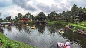 Timelapse των λαών που οδηγούν το ποδήλατο νερού, pedalo, βάρκα κουπιών στο μεγάλο waterpool απόθεμα βίντεο