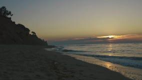 Timelapse των κυμάτων που κυλούν στην παραλία άμμου στο σιωπηλό ηλιοβασίλεμα Έννοια calmness θάλασσας φιλμ μικρού μήκους