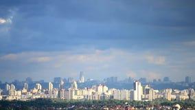 Timelapse των σύννεφων και των σκιών που κινούνται πέρα από το Κίεβο φιλμ μικρού μήκους