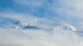 Timelapse των σύννεφων που περνούν πέρα από τη Mont Blanc φιλμ μικρού μήκους