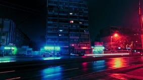 Timelapse των φω'των νέου της πόλης νύχτας σε ένα βροχερό χειμερινό βράδυ με τα σπίτια, τα καταστήματα, τα αυτοκίνητα και το δρόμ απόθεμα βίντεο