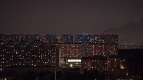 Timelapse των φω'των παραθύρων και των καπνίζοντας σωλήνων στην πόλη τη νύχτα Μόσχα Ρωσία απόθεμα βίντεο