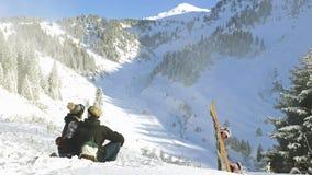 Timelapse των snowboarders που κάνουν selfie με κινητό τηλέφωνο, βουνά ορών απόθεμα βίντεο