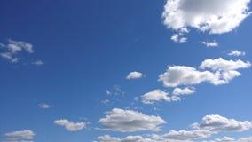 Timelapse, όμορφα άσπρα σύννεφα στο υπόβαθρο μπλε ουρανού φιλμ μικρού μήκους