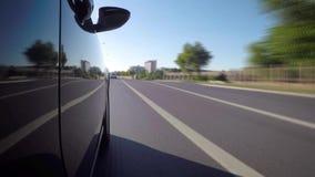 Timelapse автомобиля на дороге города на летний день видеоматериал