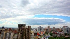 Timelapse взгляда птицы над городом Новосибирска, России видеоматериал