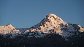 Timelapse восхода солнца в горах гора получает освещенной лучами солнца акции видеоматериалы