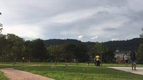 Timelapse во время вечера на Hulu Langat Люди играя jogging и играть на спортивной площадке видеоматериал