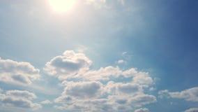Timelapse, голубое небо, бежать облака, яркий солнечный свет видеоматериал