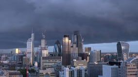 Timelapse горизонта города Лондона с темными облаками в вечере акции видеоматериалы