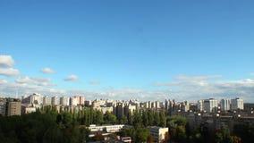 Timelapse города дня, дома зданий, облака двигает блеск солнца пропуска сток-видео