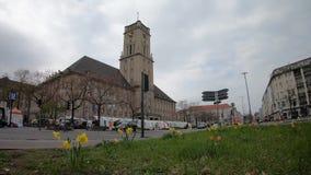 Timelapse: Движение и рынок на городской ратуше Rathaus Schoneberg в Берлине, Герман сток-видео