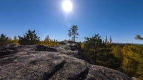 timelapse движения времени осени 4K движение захода солнца от скалы над лесом видеоматериал