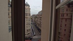 Timelapse движения в парижской улице, взгляда через окно видеоматериал