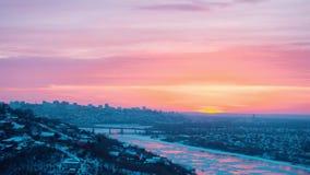 Timelapse драматического красивого восхода солнца над панорамой города Уфы на зиме акции видеоматериалы