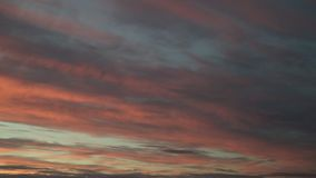 Timelapse драматической панорамы неба захода солнца с гореть красочную предпосылку облаков Идилличный фон cloudscape на зоре Вели видеоматериал