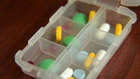 Timelapse женщины устанавливая медицины в коробку пилюльки акции видеоматериалы