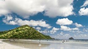 Timelapse заволакивает над пляжем Pantai Selong Belanak с сериями серферов на острове Lombok, Индонезии сток-видео