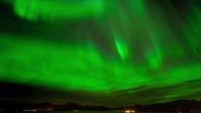 Timelapse изумлять красивые зеленые северный свет или северное сияние в ночном небе сток-видео