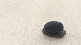 Timelapse испарения воды на черном камне видеоматериал
