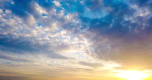 Timelapse красивого драматического захода солнца с драматическим небом и темными дождевыми облаками шторма акции видеоматериалы