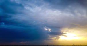 Timelapse красивого драматического захода солнца с драматическим небом и темными дождевыми облаками шторма видеоматериал