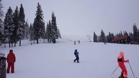 Timelapse людей катания на наклоне лыжного курорта в прикарпатские горы акции видеоматериалы