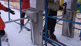 Timelapse людей пропуская через турникет с характеристикой чтения штрихкода для того чтобы поднять вверх на лыжный курорт сток-видео