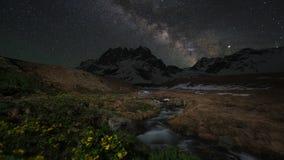Timelapse млечного пути над снег-покрытыми горами и заводью сток-видео