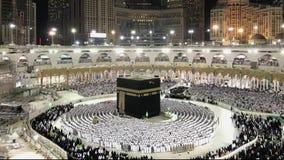 Timelapse мусульманских паломников выполняет вечернюю молитву видеоматериал