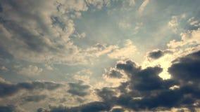 Timelapse, на заходе солнца, темно-синее небо, идущие облака грома, дождевые облака акции видеоматериалы
