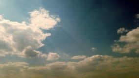 Timelapse, на заходе солнца, темно-синее небо, идущие облака грома, дождевые облака видеоматериал
