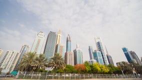 Timelapse небоскребов на летний день в Дубай против неба с облаками акции видеоматериалы