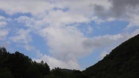 Timelapse облаков ливневого облако в Пиренеи, Франции видеоматериал