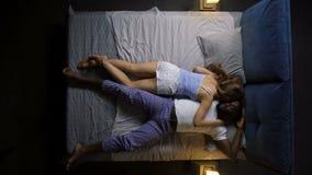 Timelapse положений сна пары вечером сток-видео