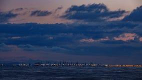 Timelapse порта Валенсия коммерчески на заходе солнца с кранами и морем видеоматериал
