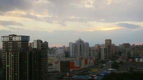 Timelapse драматического захода солнца пейзажа центра города на Новосибирске Россия 3840x2160 4K видеоматериал