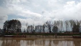 Timelapse реки Jehlum в Сринагаре Кашмире видеоматериал