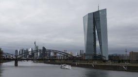 Timelapse сняло EZB (Европейского Центрального Банка) основа Франкфурта и реки акции видеоматериалы